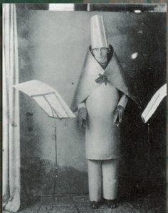 Hugo Ball recita nel 1916 al Cabaret Voltaire di Zurigo